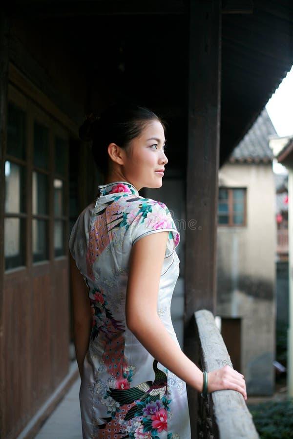 Chinees meisje in traditiekleding stock afbeeldingen