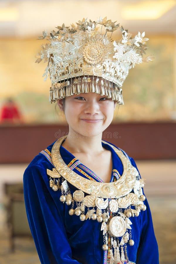 Chinees meisje in traditionele garbs met kroon en juwelen zoals prinses stock afbeeldingen