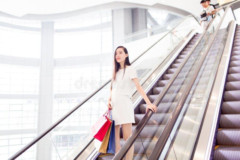 Chinees meisje in winkelcomplex royalty-vrije stock afbeeldingen