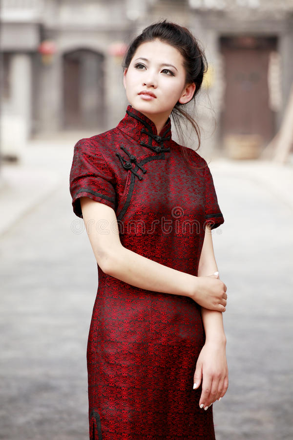 Chinees model in cheongsam stock afbeeldingen