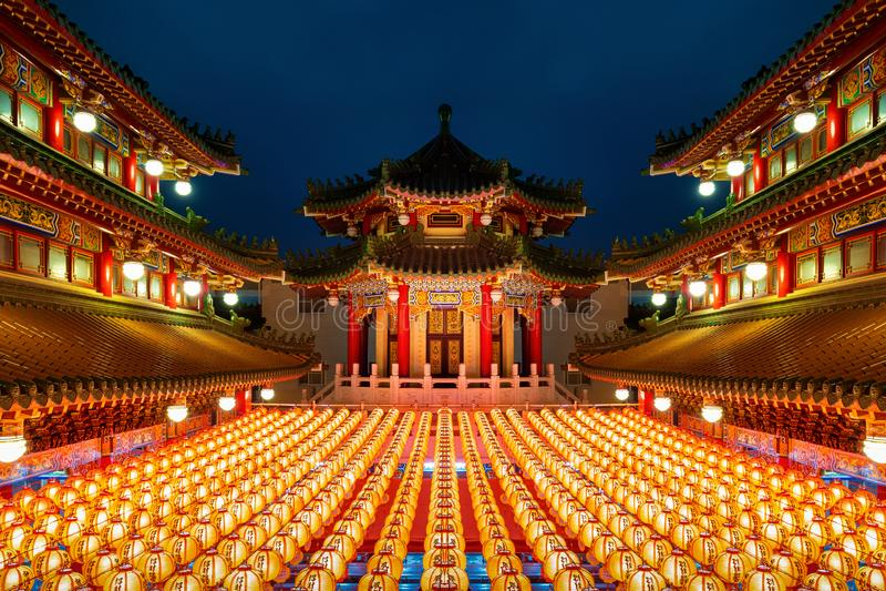 Chinees nieuwjaar, Traditionele Chinese lantaarns in Temple verlicht voor Chinees nieuwjaarsfestival royalty-vrije stock afbeelding