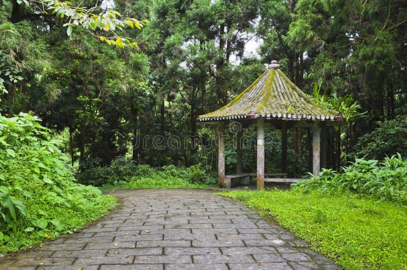 Chinees Paviljoen in het Bos met de Weg van de Steen royalty-vrije stock foto