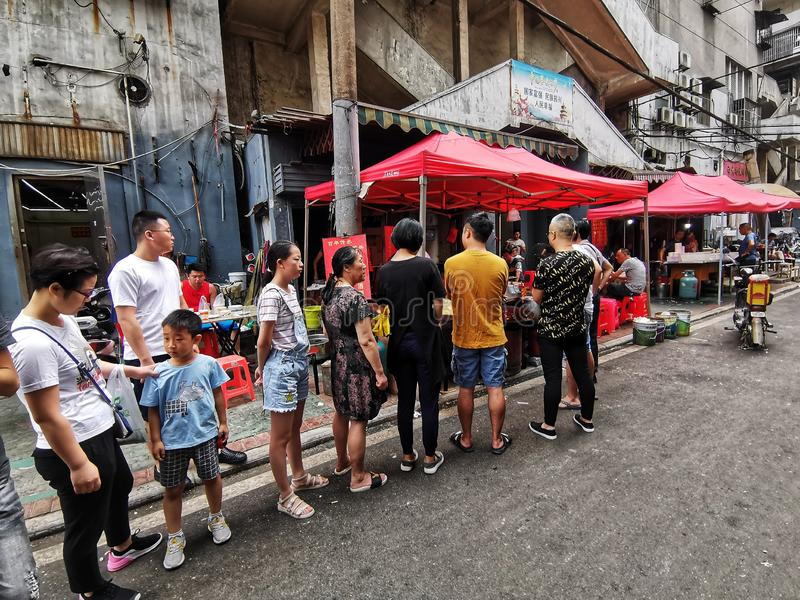 Chinees stelde voor ontbijt in wuhan stad op stock foto
