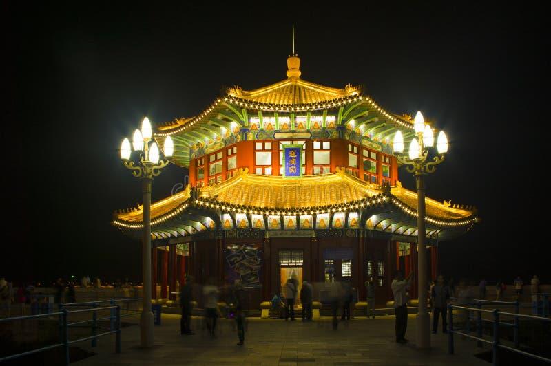 Chinees stijlpaviljoen in de nacht stock afbeeldingen