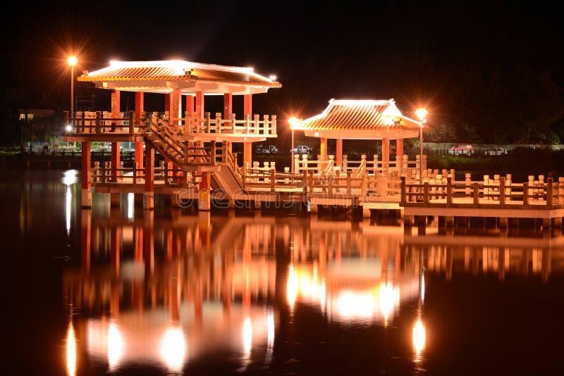 Chinees stijlpaviljoen en het gloeien bezinning over het water van Dahu-Parkmeer bij nacht in Taipeh, Taiwan stock afbeeldingen