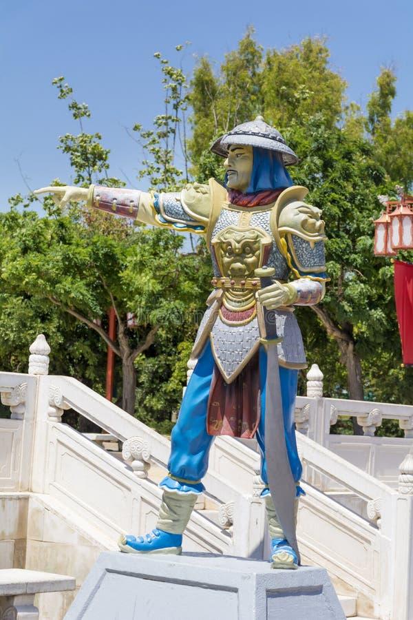 Chinees strijdersbeeldhouwwerk met groot zwaard stock afbeeldingen