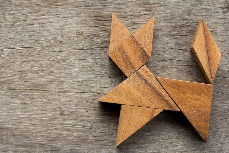 Chinees tangram raadsel in kattenvorm op houten achtergrond royalty-vrije stock foto
