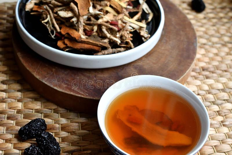 Chinees traditioneel geneeskundemanuscript Aftreksel met jujubes, gojibessen, gingseng wortels en anderen op perkamentdocument op stock fotografie