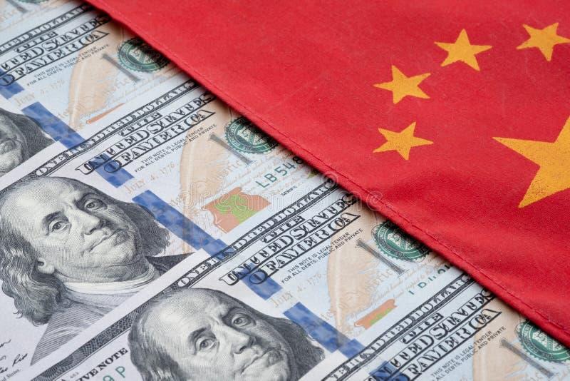 Chinees vlag en Amerikaanse dollarbankbiljet Verwijs naar conflict tussen twee landen China en de V.S. Het Concept van de handels royalty-vrije stock afbeeldingen