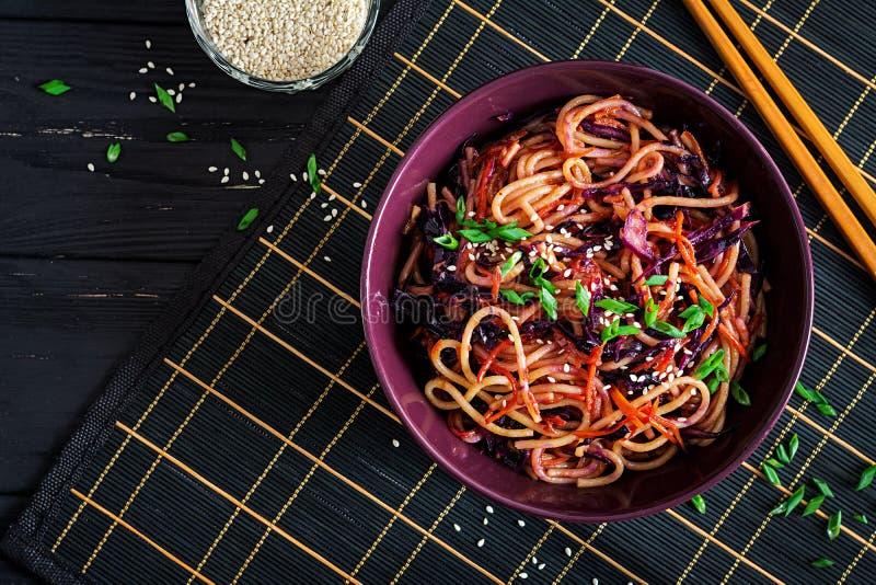 Chinees voedsel De veganist beweegt gebraden gerechtnoedels met rode kool en wortel royalty-vrije stock foto