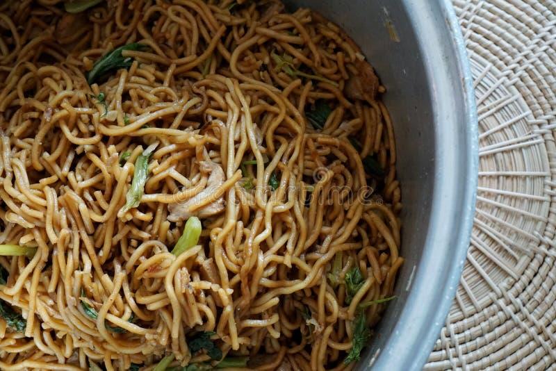 Chinees voedsel, gebraden noedels met kip, stock foto's