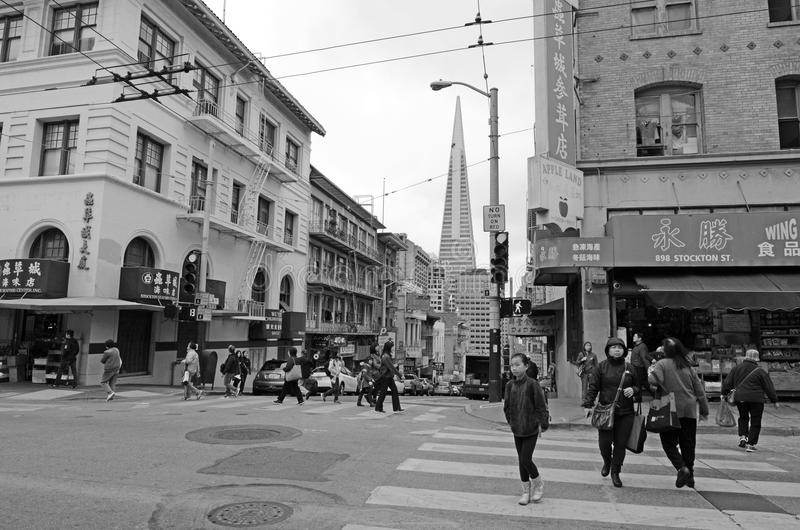 Chines people and Transamerica Pyramid as seen from Chinatown in royalty free stock photos