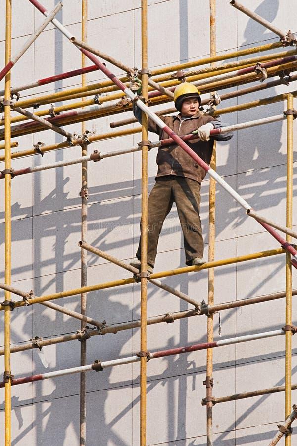 Chinese arbeider bij steiger, Weihai, China stock afbeelding