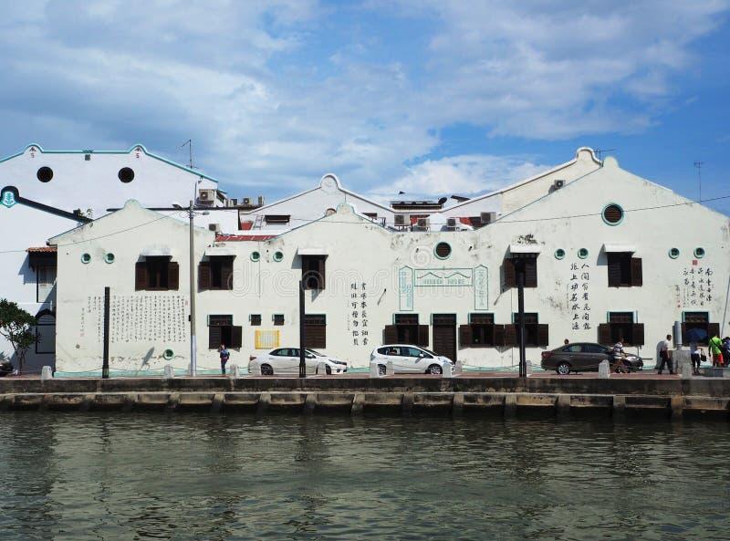 Chinese architectuurgebouwen naast het Melaka-kanaal, Maleisië stock foto