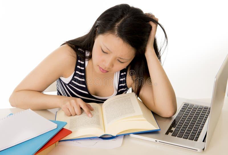 Download Chinese Aziatische Studente Die Aan Laptop Werken Stock Foto - Afbeelding bestaande uit geluk, meisje: 39103652