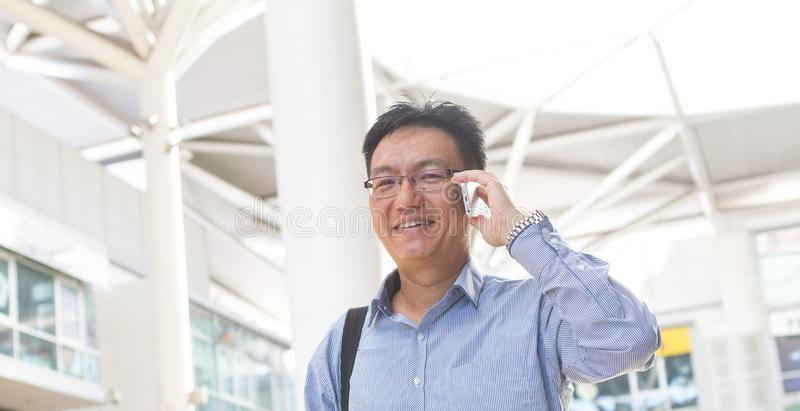 Chinese Aziatische zakenman of stafmedewerker op moderne bureauachtergrond stock fotografie