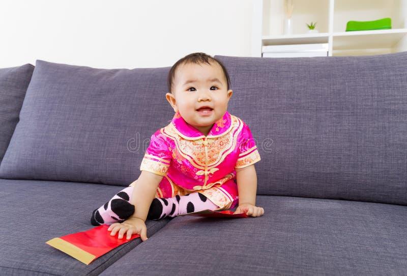 Chinese baby wat betreft rode zak stock foto's