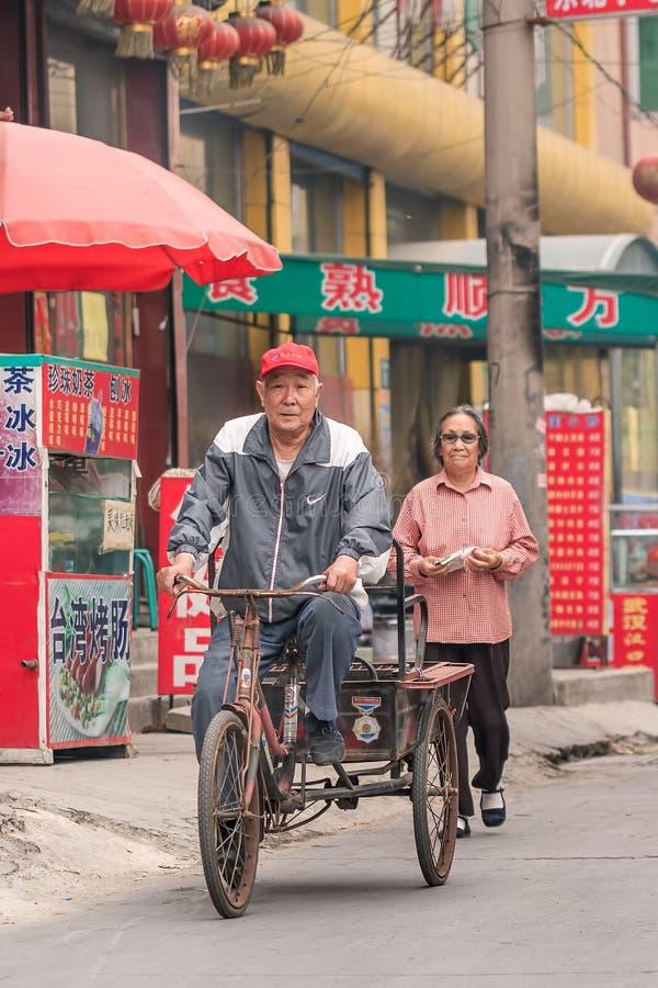 Chinese bejaarden op de straat in Zhuozhou, Hebei-Provincie, China royalty-vrije stock afbeeldingen
