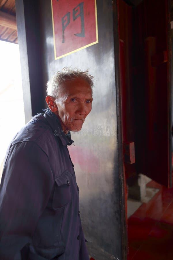 Chinese bejaarden in oud huis stock afbeelding