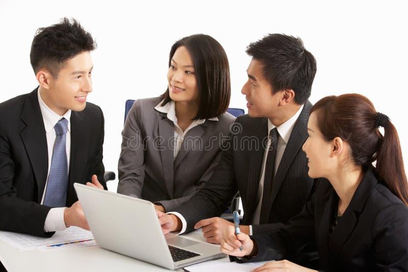 Chinese Businesspeople die Vergadering heeft stock afbeeldingen