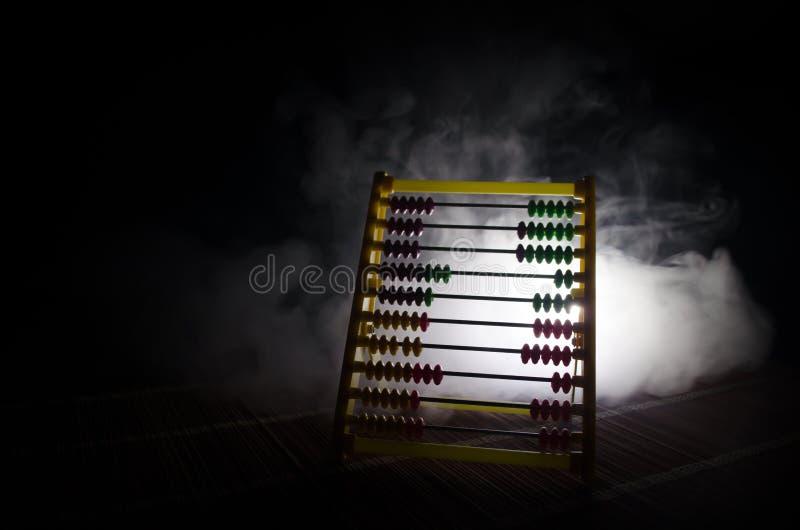 Chinese calculator met kleurrijke parels op donkere achtergrond van de brand de oranje rook Conceptenfoto van zaken, kind, onderw stock afbeelding