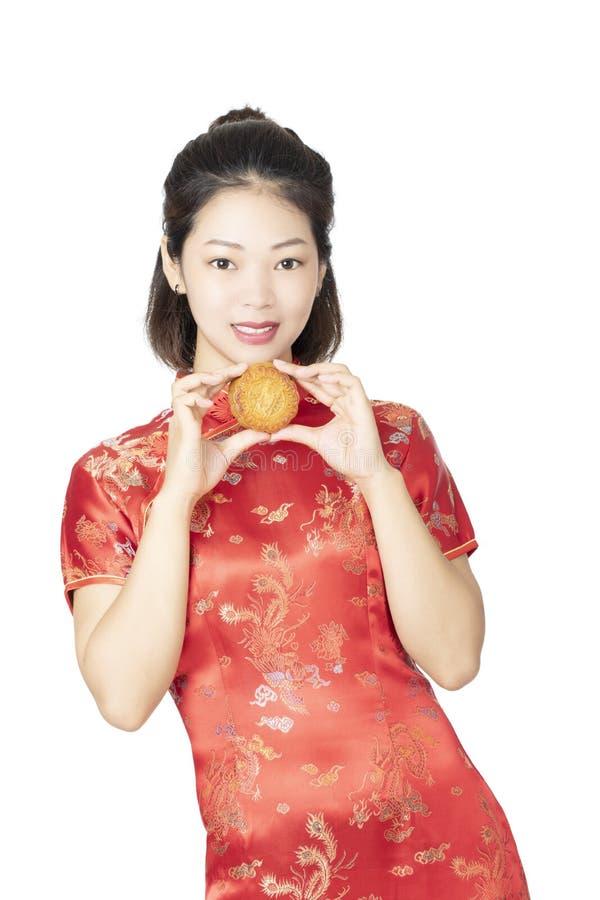 Chinese die de Maancake van de vrouwenholding op een witte achtergrond wordt geïsoleerd stock foto's