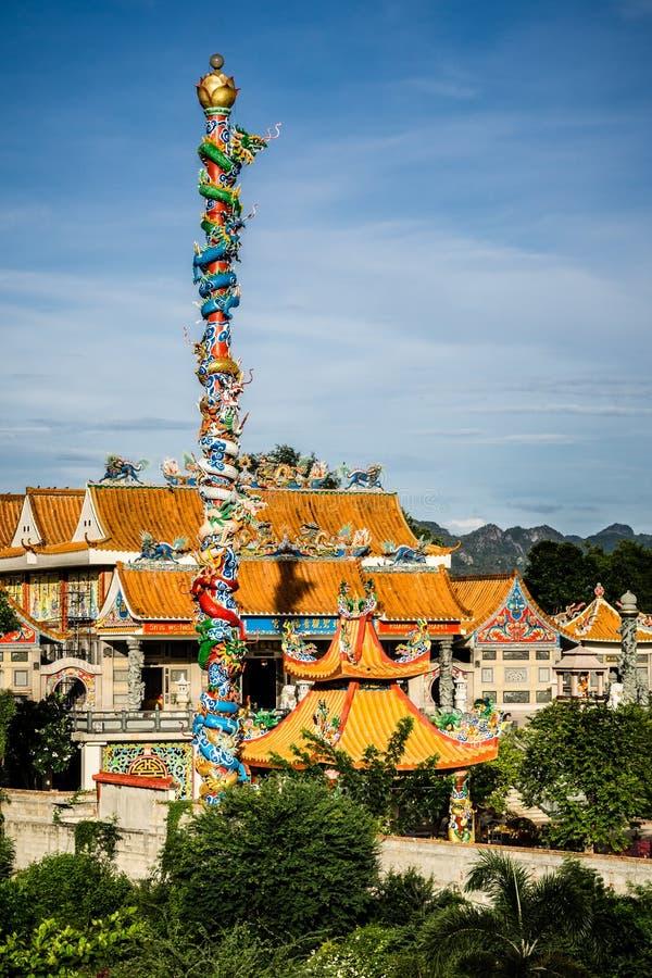 Chinese draak op poststandbeeld in Chinese tempel dichtbij rivierkwai stock afbeelding