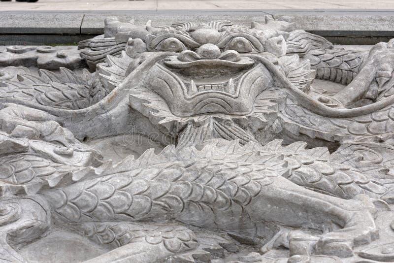 Chinese Draak - witte marmeren hulp stock afbeeldingen