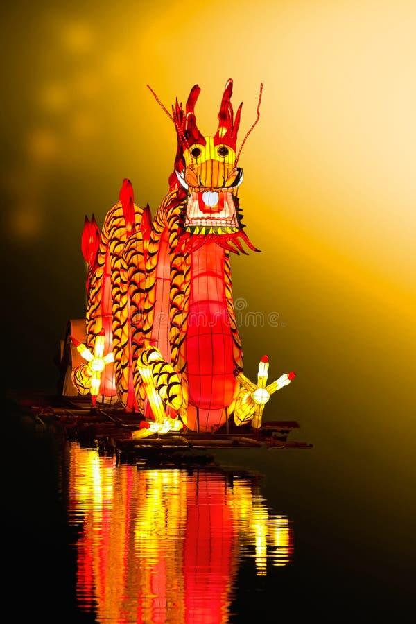 Chinese Dragon Lantern im Teich stockbilder