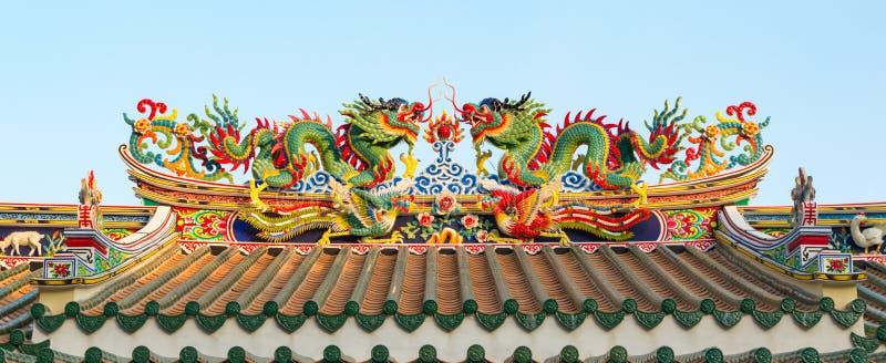 Chinese draken op een tempeldak in Thailand stock afbeelding