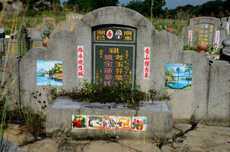 Chinese ernstige grafsteen met foto en geschilderde artistieke tegels Ipoh Maleisië royalty-vrije stock foto's