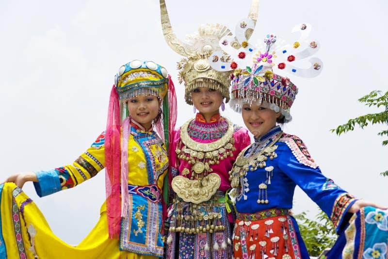 Chinese Etnische Meisjes in Traditionele Kleding stock foto