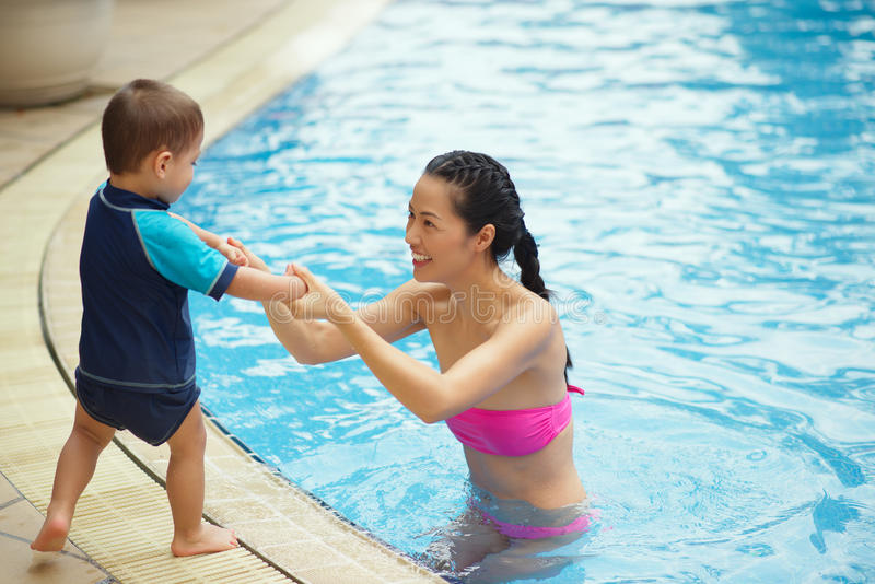 Chinese familie in de pool royalty-vrije stock fotografie
