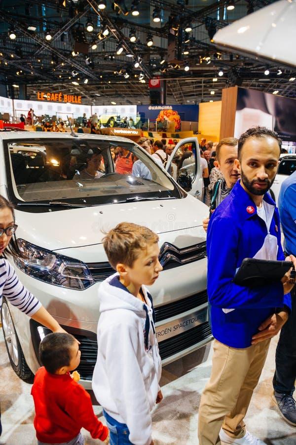 Chinese familie die Citroën Spacetourer kopen stock afbeeldingen