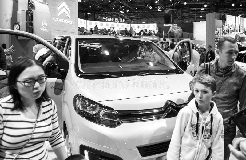 Chinese familie die Citroën zwart-witte Spacetourer kopen stock foto's