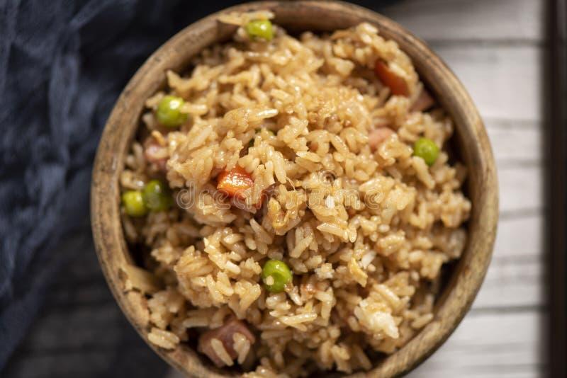 Chinese gebraden rijst in een bukshoutkom stock afbeeldingen
