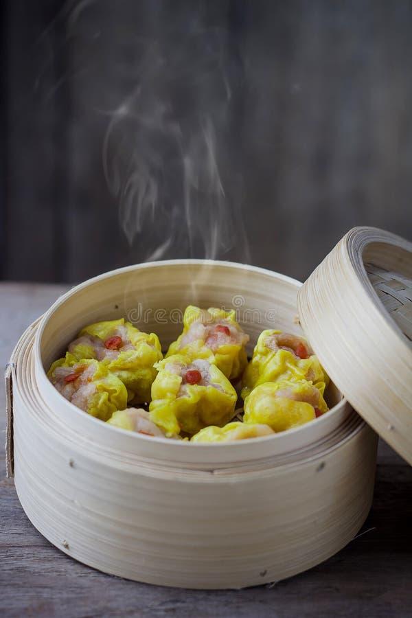 Chinese Gestoomde Dimsum in Bamboe stock foto