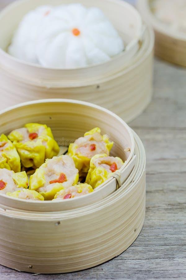 Chinese Gestoomde Dimsum in Bamboe royalty-vrije stock foto's