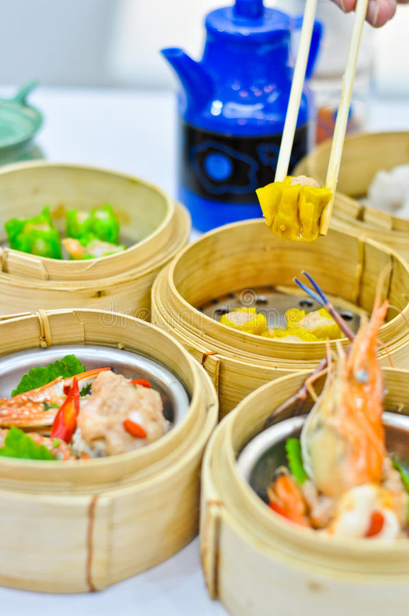 Chinese gestoomde dimsum in bamboecontainers tradit royalty-vrije stock foto's