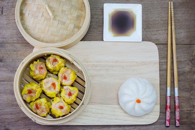 Chinese gestoomde dimsum en Gestoomd broodje stock foto