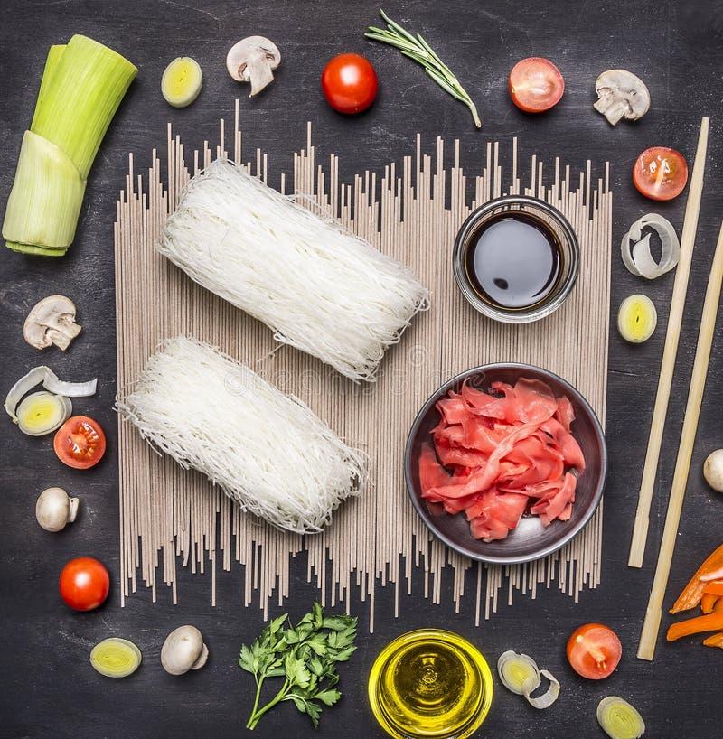 Chinese glasnoedels met ingrediënten voor het koken van het, groenten en kruiden, gember en sojasaus houten rustieke bovenkant al royalty-vrije stock foto's