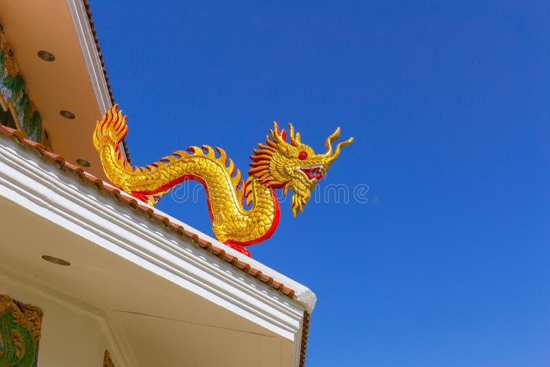 Chinese gouden draak bij de dakbovenkant van tempel stock foto