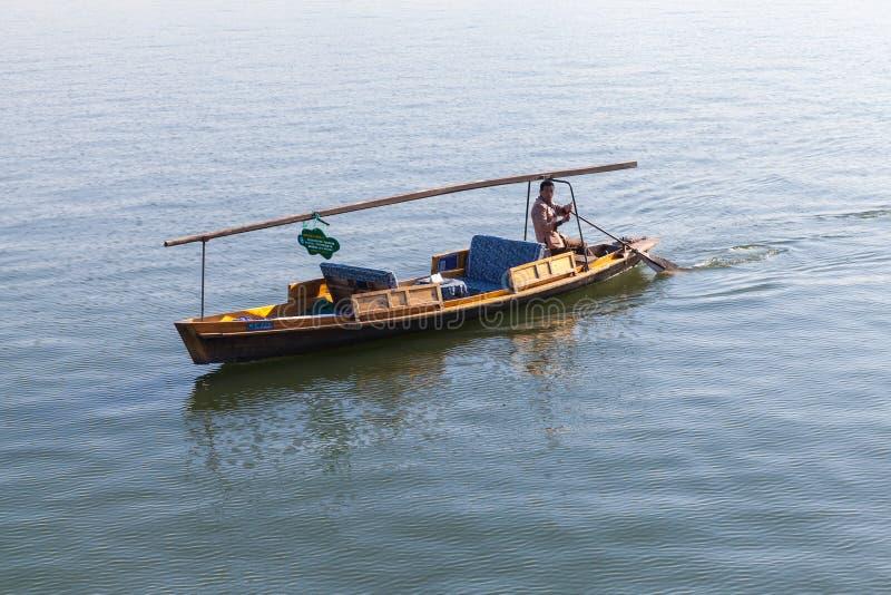 Chinese houten recreatieboot met boatman royalty-vrije stock afbeeldingen