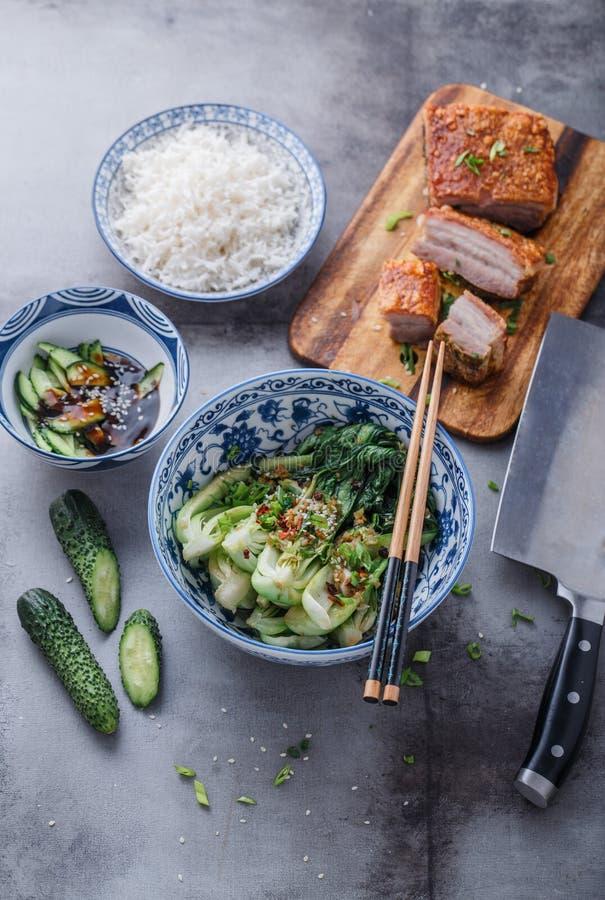 Chinese keuken be*wegen-gebraden bok choy en knapperige varkensvleesbuik royalty-vrije stock afbeelding