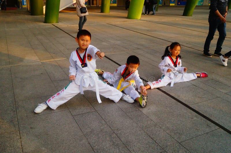 Chinese kinderen die Taekwondo leren stock afbeeldingen