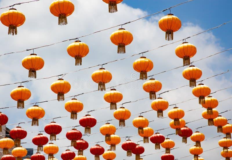 Chinese lantaarns en blauwe hemel royalty-vrije stock foto