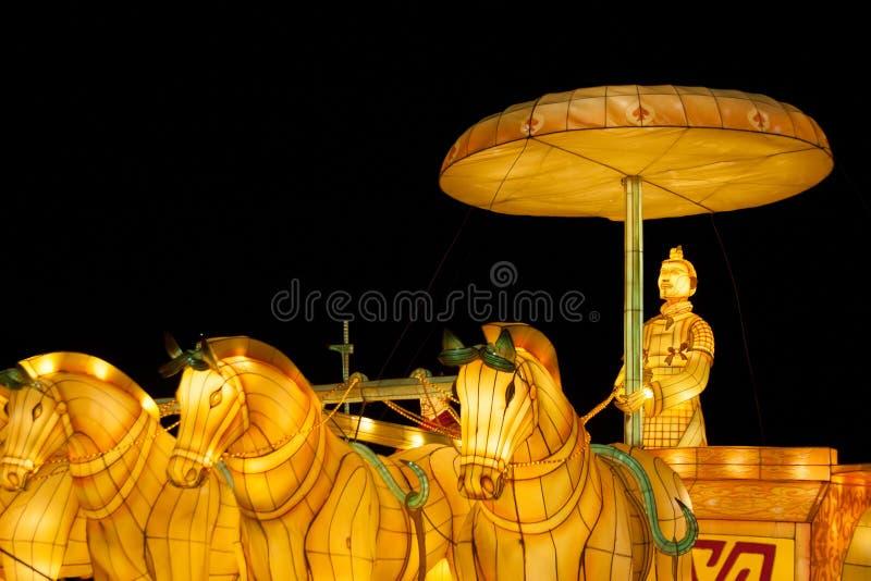Chinese lantaarnsinstallatie met het berijdende vervoer van het strijderscijfer met paarden royalty-vrije stock afbeelding