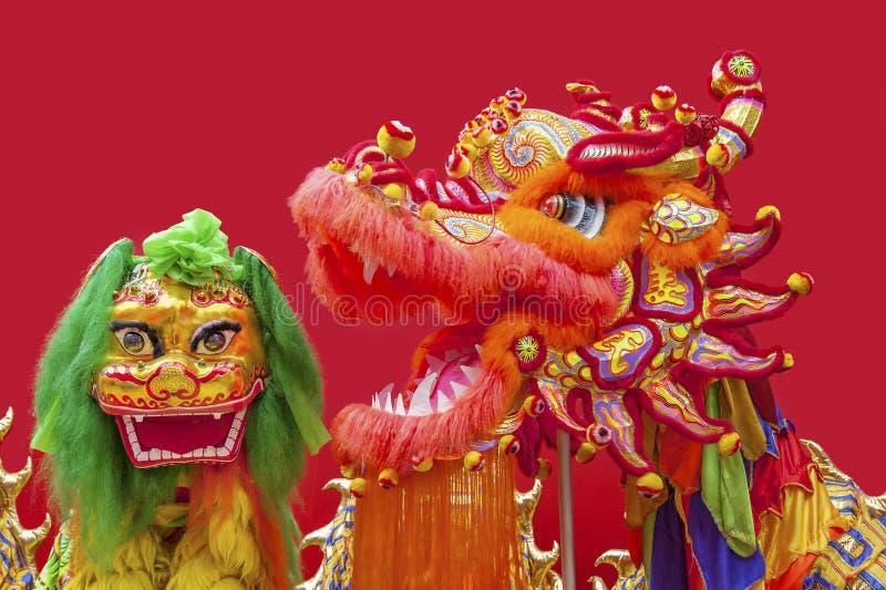 Chinese leeuw en Chinees draakkostuum stock afbeelding