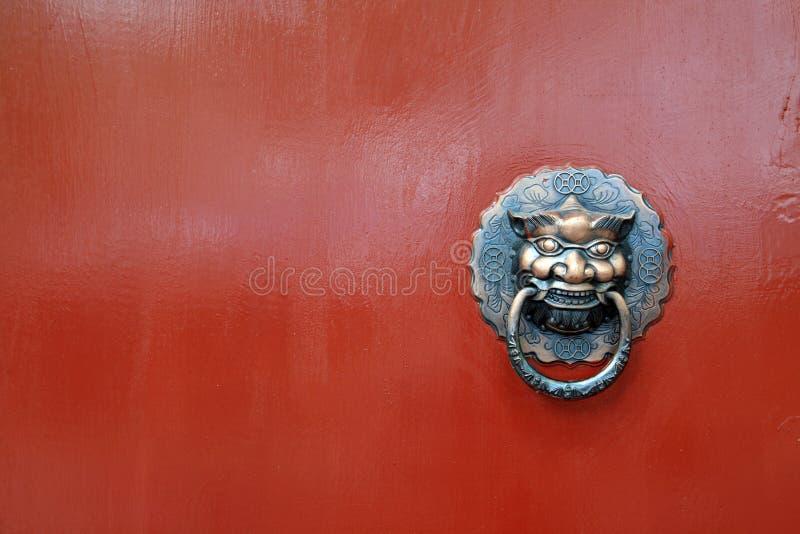 Chinese leeuw op rode deur stock afbeelding