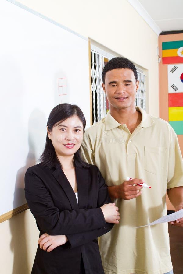 Chinese leraar en Afrikaanse student stock afbeelding